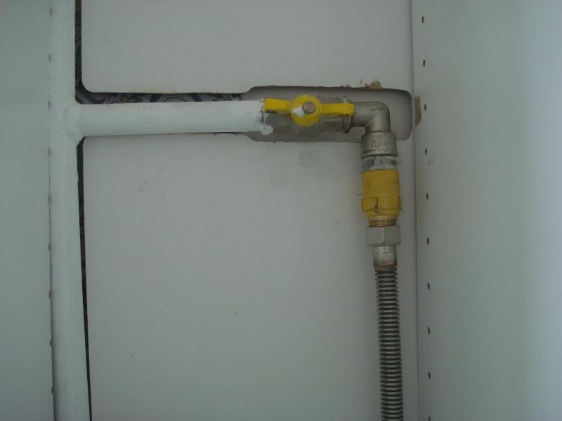 Газовая труба под столешницей