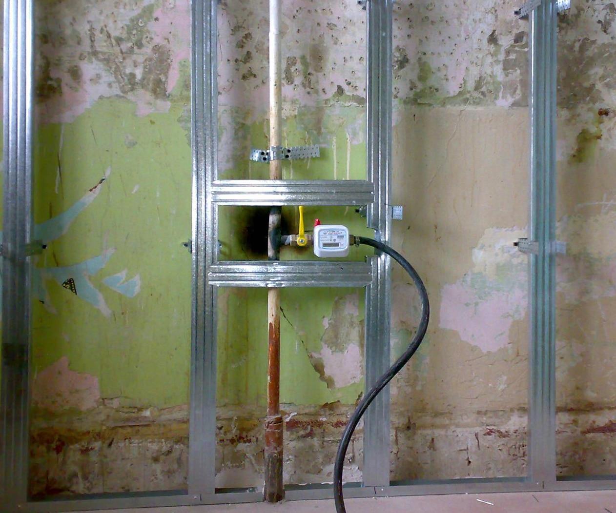 Фальш-стена закрыла газовую трубу